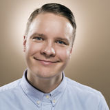 Stående av en ung man med stort leende Fotografering för Bildbyråer