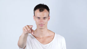 Stående av en ung man som pekar hans finger på dig Royaltyfri Bild
