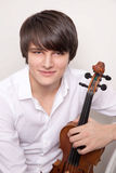 Stående av en ung musiker med en fiol Arkivbild