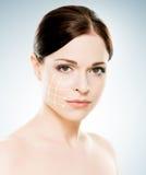 Stående av en ung naken kvinna i ljus makeup och pilar Royaltyfri Bild