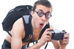 Stående av en ung nerd med den gammalmodiga kameran royaltyfri bild