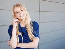 Stående av en ung professional attraktiv kvinna Royaltyfria Foton