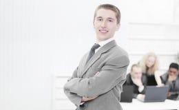 Stående av en ung professionell på bakgrunden av det offic arkivfoto