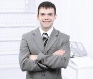 Stående av en ung professionell på bakgrunden av kontoret arkivbilder