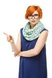 Stående av en ung rödhårig kvinna med ett barskt uttryck på arkivfoton