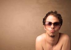 Stående av en ung rolig man med solglasögon och copyspace Arkivbild