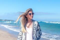 Stående av en ung sexig kvinna med solglasögon som går på den vita sandstranden en tropisk Bali ö på den soliga dagen hav Fotografering för Bildbyråer