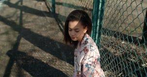 Stående av en ung svart kvinna i stads- bakgrund Royaltyfria Bilder