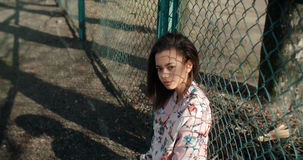 Stående av en ung svart kvinna i stads- bakgrund Fotografering för Bildbyråer