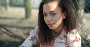 Stående av en ung svart kvinna i stads- bakgrund Royaltyfri Fotografi