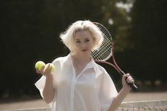 Stående av en ung tennisspelare Royaltyfri Bild