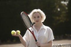 Stående av en ung tennisspelare Arkivfoton