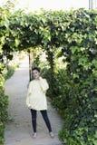 Stående av en ung tonårs- flicka i en trädgård arkivbild