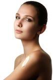 Stående av en ursnygg brunettkvinna med slät och sund sk royaltyfri foto