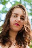Stående av en ursnygg ung brunettflicka i parkera Arkivbild