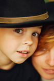 Stående av en utomhus- lycklig moder och hennes son Serie av en mo royaltyfria bilder