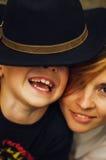 Stående av en utomhus- lycklig moder och hennes son Serie av en mo royaltyfri bild