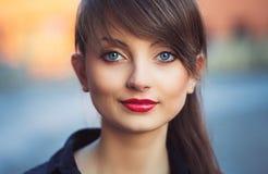 Stående av en utomhus- ung härlig flicka arkivfoto