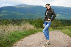 Stående av en utomhus- ung kvinna Royaltyfri Fotografi