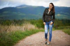 Stående av en utomhus- ung kvinna Arkivfoton