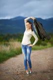 Stående av en utomhus- ung kvinna Arkivfoto