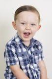Stående av en uttrycksfull härlig blond pojke royaltyfri bild
