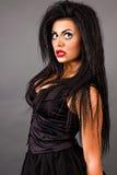 Stående av en uttrycksfull ung kvinna med idérik makeup royaltyfria foton