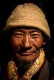 Stående av en värdig gamal man från Tibet Fotografering för Bildbyråer