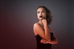 Stående av en vampyrflicka på en mörk bakgrund royaltyfria foton
