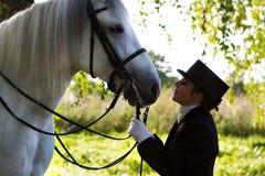 Stående av en vit häst för kvinnawhith arkivbilder