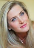 Stående av en vuxen attraktiv sinnlig kvinna Royaltyfri Fotografi