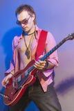 Stående av en yrkesmässig gitarrist med den elektriska gitarren royaltyfria foton