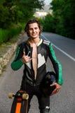 Stående av en yrkesmässig longboarder royaltyfria foton