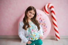 Stående av enhaired flicka i ett vitt omslag Royaltyfri Bild
