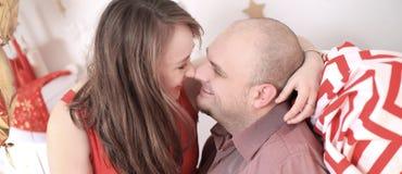 Stående av ett älska gift par på jul fotografering för bildbyråer
