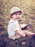 Stående av ett avkopplat gladlynt barn arkivfoto