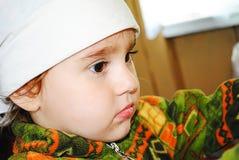 Stående av ett barn, en flicka i en näsduk fotografering för bildbyråer