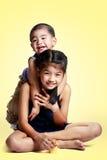 Stående av ett barn förälskelsen av syskongruppen royaltyfri foto