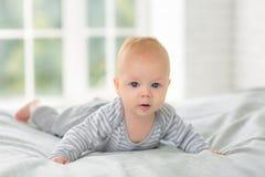 Stående av ett barn fyra månader på säng Fotografering för Bildbyråer