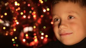 Stående av ett barn i bakgrunden av julljus stock video