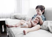 Stående av ett barn med en behandla som ett barn Arkivbild