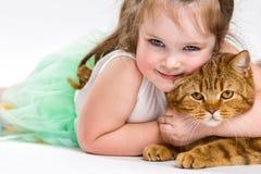 Stående av ett barn med en katt arkivfoto