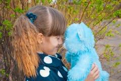 Stående av ett barn med en leksak Arkivbild