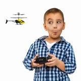 Stående av ett barn med en leksak Lite kör pojken en helikopter Arkivfoton