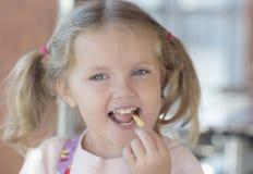 Stående av ett barn med frisyren Arkivbild