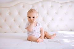 Stående av ett barn med handen i hans mun Fotografering för Bildbyråer