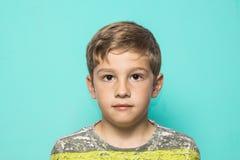 Stående av ett blont barn på en blå bakgrund royaltyfria foton