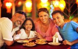 Stående av ett familjsammanträde på tabellen på kafét och hamatställen royaltyfri fotografi
