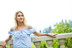 Stående av ett härligt blont kvinnaanseende i en parkera på en naturbakgrund royaltyfria bilder
