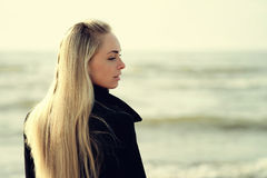 Stående av ett härligt blont utomhus- på havet Royaltyfria Foton